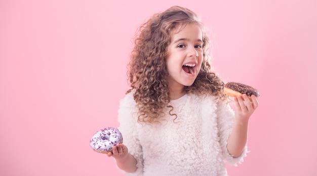 Portret Dziewczynki Kręcone Jedzenie Pączków Premium Zdjęcia