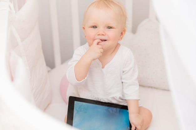 Portret Dziewczynki Mienia Pastylka Darmowe Zdjęcia