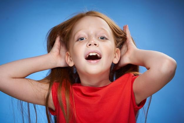Portret Dziewczynki Rudowłosej W Studio Premium Zdjęcia
