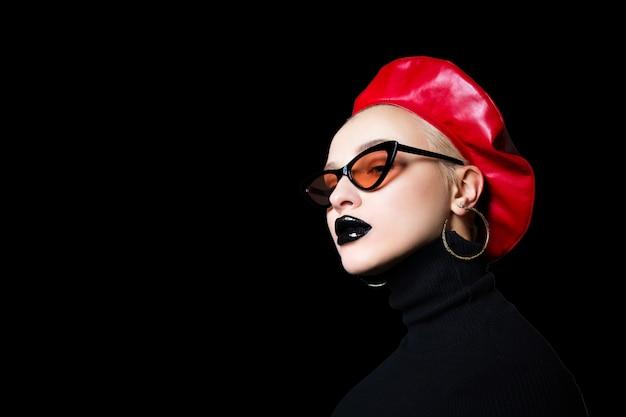 Portret dziewczynki w okulary z czarną szminką na ustach Premium Zdjęcia