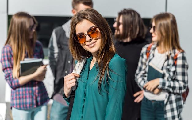 Portret dziewczyny brunetka studentów Premium Zdjęcia