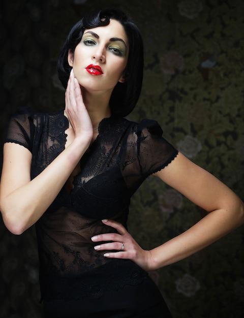 Portret Dziewczyny Sztuka Moda. Styl Wampira. Glamour Wampirzyca Kobieta. Premium Zdjęcia