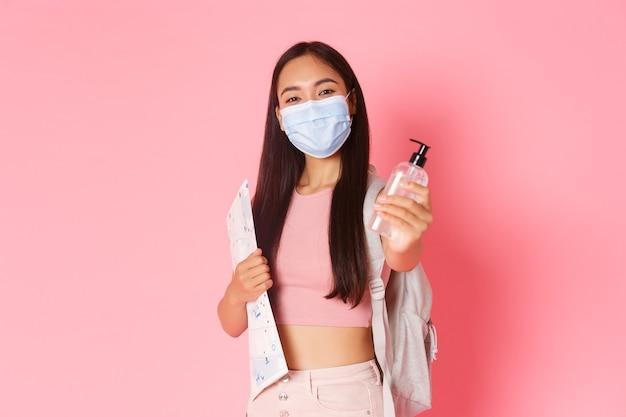Portret Ekspresyjna Młoda Kobieta Trzyma Mapę I Ma Na Sobie Maskę Darmowe Zdjęcia