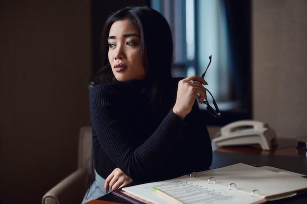 Portret elegancka piękna biznesowa kobieta w szkłach Premium Zdjęcia