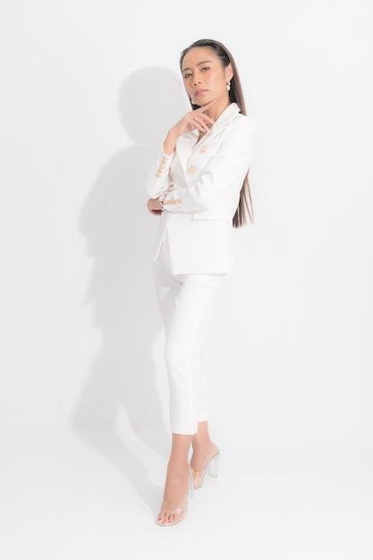 Portret Elegancki Bizneswomanu Na Białym Kostiumu Azjatykci Premium Zdjęcia