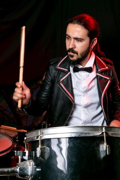 Portret elegancki mężczyzna gra na perkusji Darmowe Zdjęcia