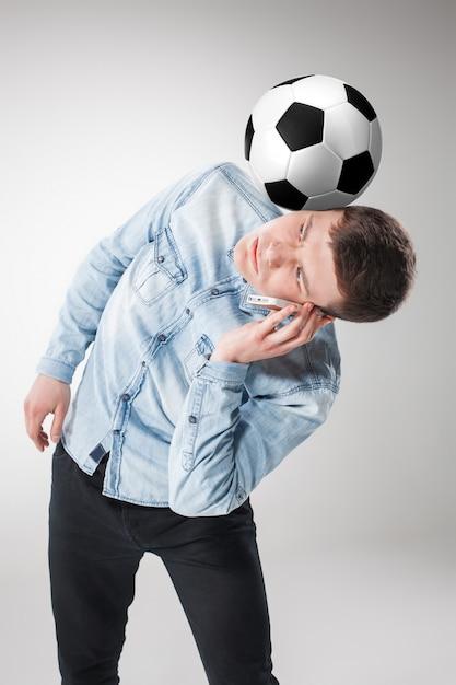 Portret Fan Z Piłką, Trzyma Telefon Na Bielu Darmowe Zdjęcia