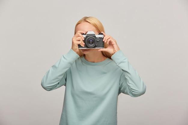 Portret Fotografa Zakrywającego Twarz Aparatem Darmowe Zdjęcia