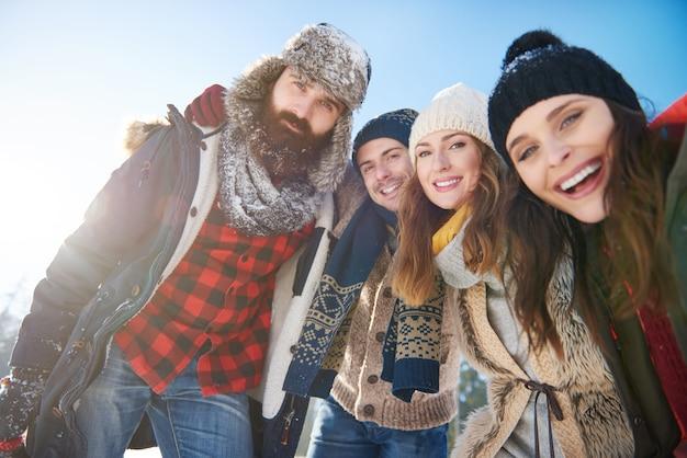 Portret Grupy Przyjaciół W śniegu Darmowe Zdjęcia