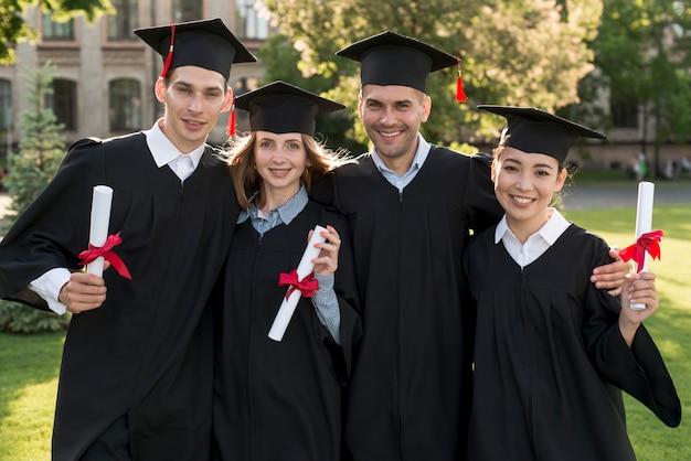 Portret grupy studentów świętujących ukończenie szkoły Darmowe Zdjęcia