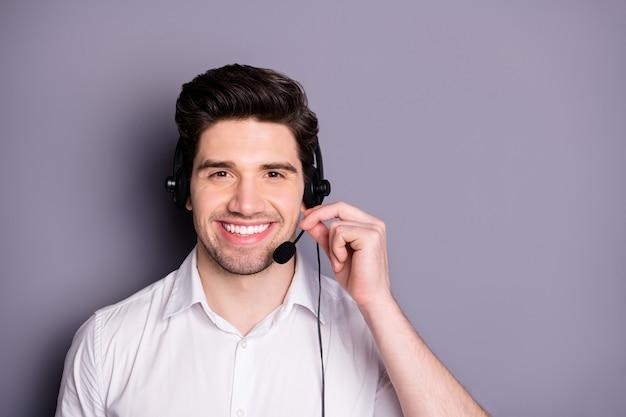 Portret Inteligentnego, Pewnego Siebie Pracownika Call Center W Słuchawkach Może Pomóc Klientom Nosić Odzież Wizytową Odizolowaną Na Szarej ścianie Premium Zdjęcia