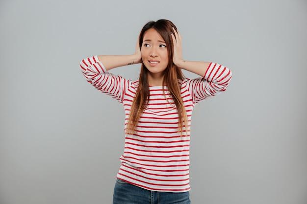 Portret Intrygująca Azjatykcia Dziewczyny Pozycja Z Rękami Darmowe Zdjęcia