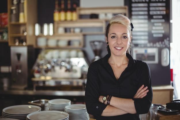 Portret kelnerki pozycja z rękami krzyżować Darmowe Zdjęcia