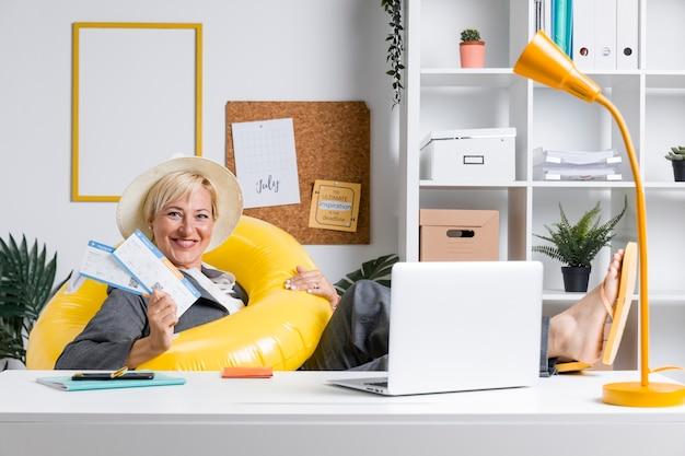 Portret kobieta w biurze przygotowywającym dla wakacje letni Darmowe Zdjęcia