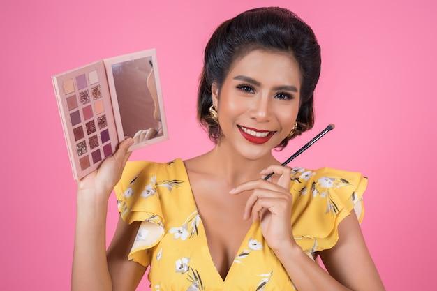 Portret Kobieta Z Makeup Muśnięciem I Kosmetykiem Darmowe Zdjęcia