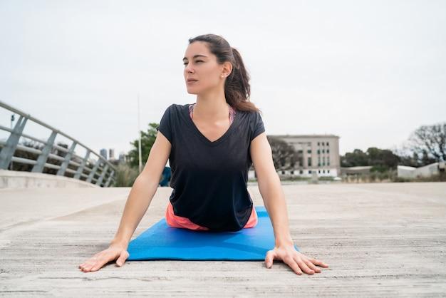 Portret Kobiety Atletycznej Robi ćwiczenia Z Matą Do Jogi. Pojęcie Sportu I Zdrowego Stylu życia. Premium Zdjęcia