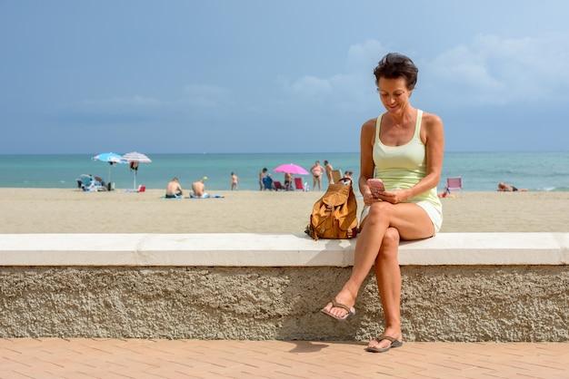 Portret Kobiety Dojrzałe Piękne Turystyczne Na Plaży Na świeżym Powietrzu Premium Zdjęcia