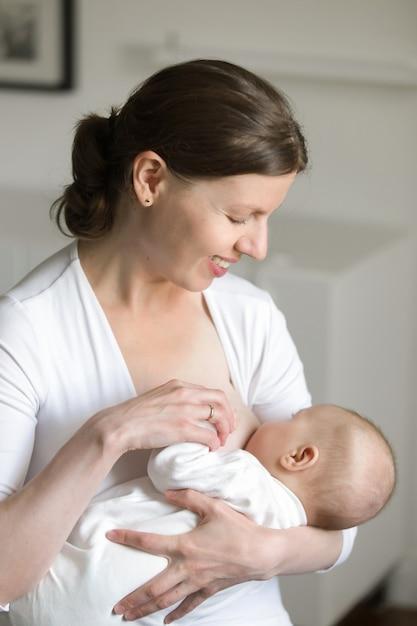 Portret kobiety karmienie piersią dziecka, na jej ręce Darmowe Zdjęcia