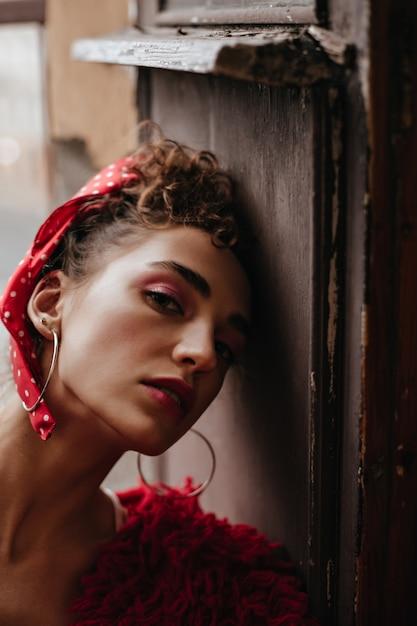 Portret Kobiety Kręcone Na Drzwi Drewnianych Darmowe Zdjęcia