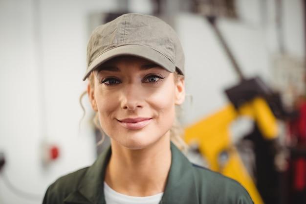 Portret Kobiety Mechanik W Warsztacie Darmowe Zdjęcia