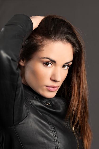 Portret Kobiety Model Ręką We Włosach Darmowe Zdjęcia
