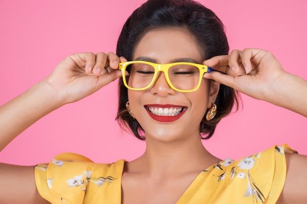 Portret Kobiety Mody Akcja Z Okularami Przeciwsłonecznymi Darmowe Zdjęcia