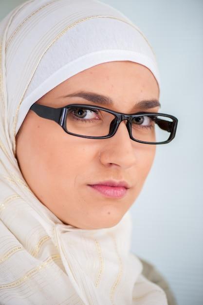 Portret Kobiety Muzułmańskiej Premium Zdjęcia