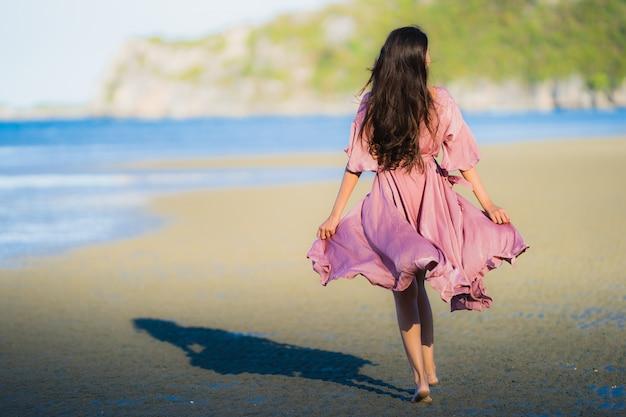 Portret kobiety pięknego młodego azjatykciego uśmiechu szczęśliwy spacer na tropikalnym plenerowym natury plaży morzu Darmowe Zdjęcia