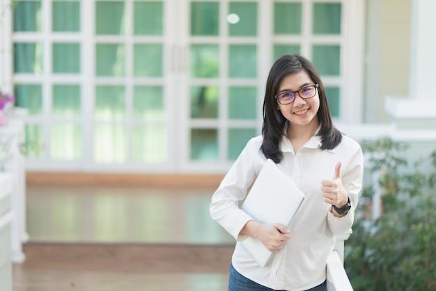 Portret kobiety pracujące trzyma laptop, biznesowy pojęcie Premium Zdjęcia