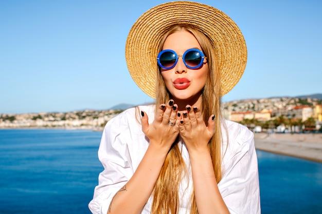 Portret Kobiety Stwarzające W Pobliżu Błękitnego Morza We Francuskim Mieście Cannes Darmowe Zdjęcia