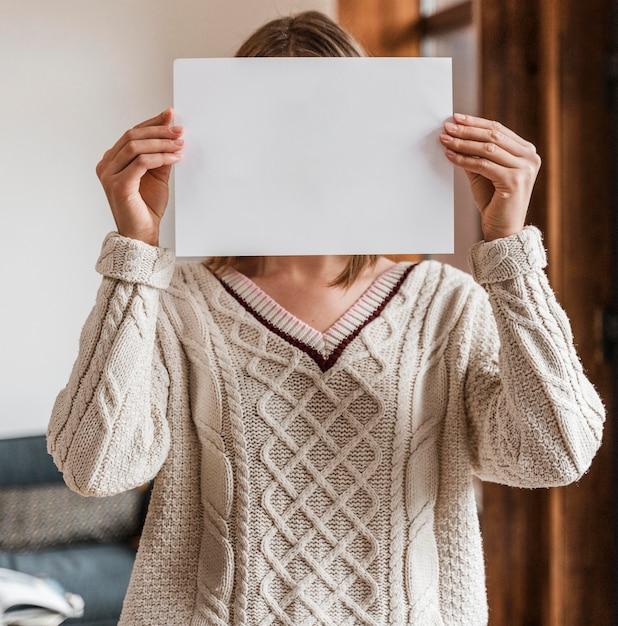 Portret Kobiety Trzymającej Czysty Papier Darmowe Zdjęcia