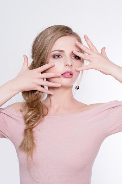 Portret Kobiety Uroda. Piękna Modelka Z Idealną świeżą, Czystą Skórą I Profesjonalnym Makijażem. Blondynki Kobieta Pokazuje Idealnego Manicure Premium Zdjęcia