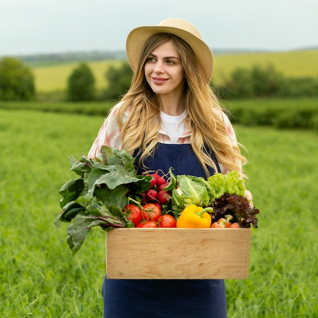 Portret Kobiety Z Warzywami Kosz Premium Zdjęcia