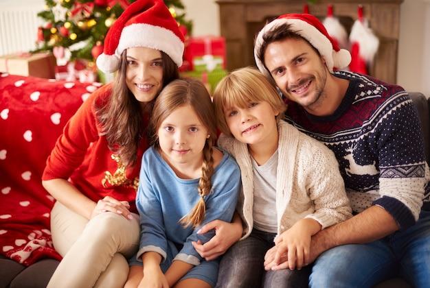 Portret Kochającej Rodziny Na Boże Narodzenie Darmowe Zdjęcia
