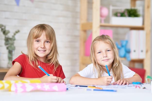 Portret Kreatywnych Małych Sióstr Premium Zdjęcia