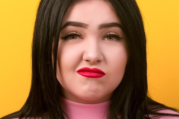 Portret Krzywej Niezadowolonej Pulchnej Kobiety Premium Zdjęcia