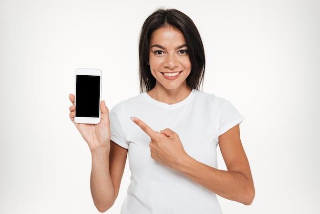 Portret ładna Kobieta Przedstawia Pustego Ekranu Telefon Komórkowego Darmowe Zdjęcia