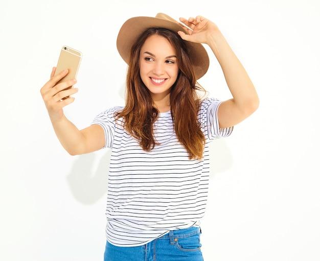 Portret ładna Kobieta W Lato Modnisiu Odziewa Brać Selfie Odizolowywającego Na Biel ścianie Darmowe Zdjęcia