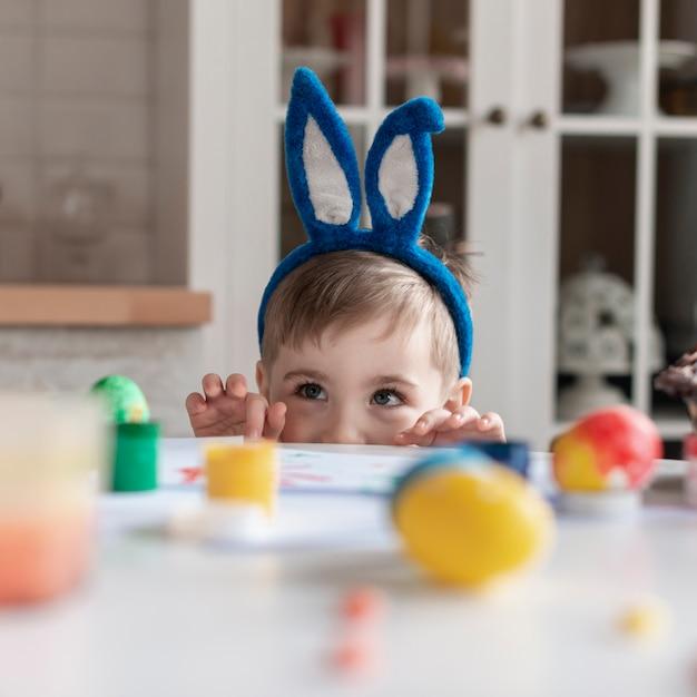Portret ładny Chłopczyk Z Uszami Królika Darmowe Zdjęcia