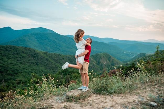 Portret ładny Piękny ładny Para Zabawy Na Wakacjach Szczęśliwa Para Przytulanie W Górach. Premium Zdjęcia