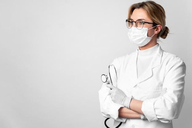 Portret Lekarka Z Chirurgicznie Maską I Stetoskopem Darmowe Zdjęcia