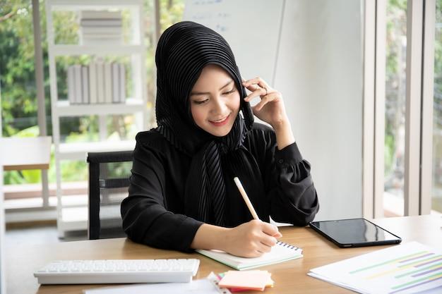 Portret Mądrze Piękny Muzułmański Bizneswoman Pracuje W Biurze Premium Zdjęcia
