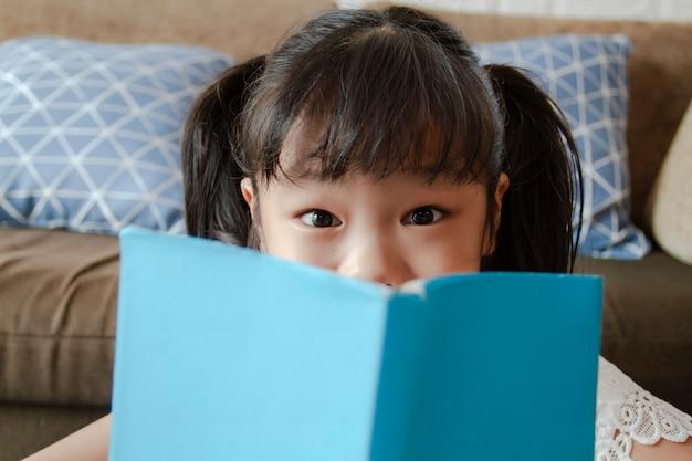 Portret małej dziewczynki przyglądająca kamera Darmowe Zdjęcia