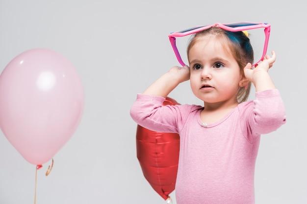 Portret Mały Małej Dziewczynki Pozować Darmowe Zdjęcia