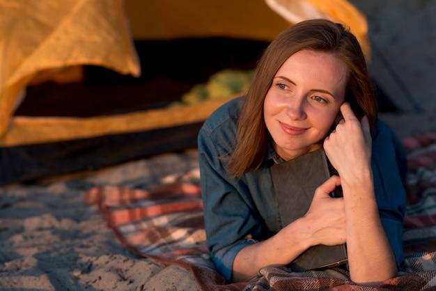 Portret marzycielska kobieta kłaść Darmowe Zdjęcia