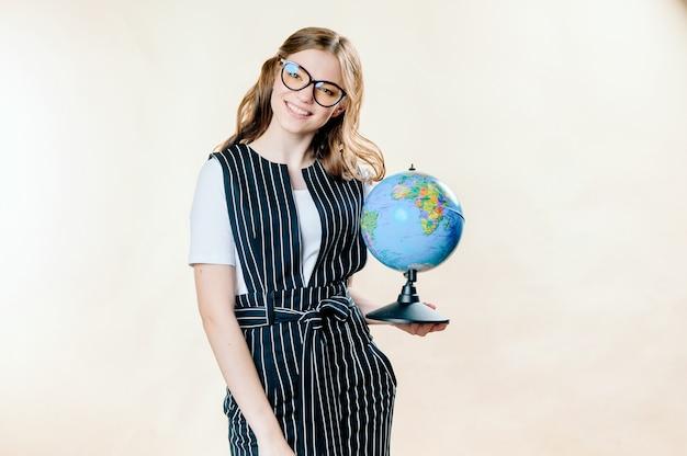 Portret marzycielska młoda biznesowa kobieta trzyma ziemską kulę ziemską Premium Zdjęcia