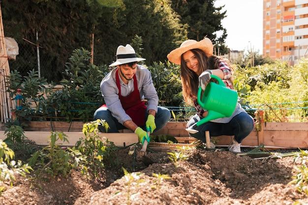 Portret męskiej i żeńskiej ogrodniczki pracuje w ogrodzie Darmowe Zdjęcia