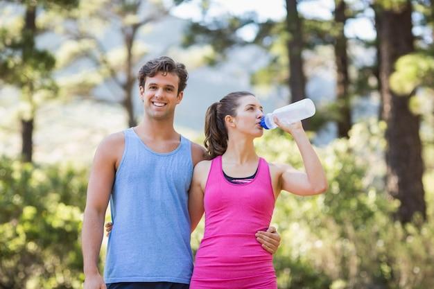 Portret mężczyzna z partner wodą pitną ja Premium Zdjęcia
