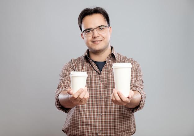 Portret Mężczyzny, Podając Filiżankę Kawy Premium Zdjęcia
