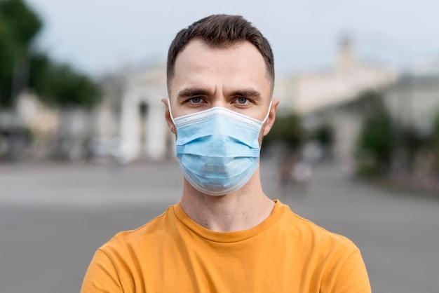 Portret Mężczyzny Ubrany W Maskę Medyczną Premium Zdjęcia